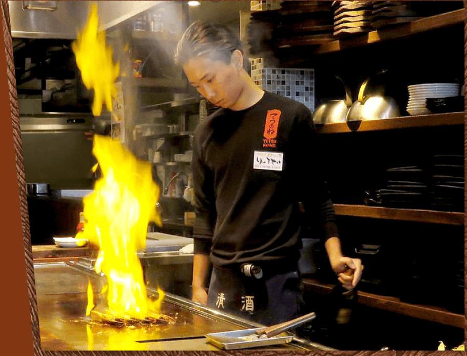 カウンターは特等席!鉄板焼きを目の前で調理しています。